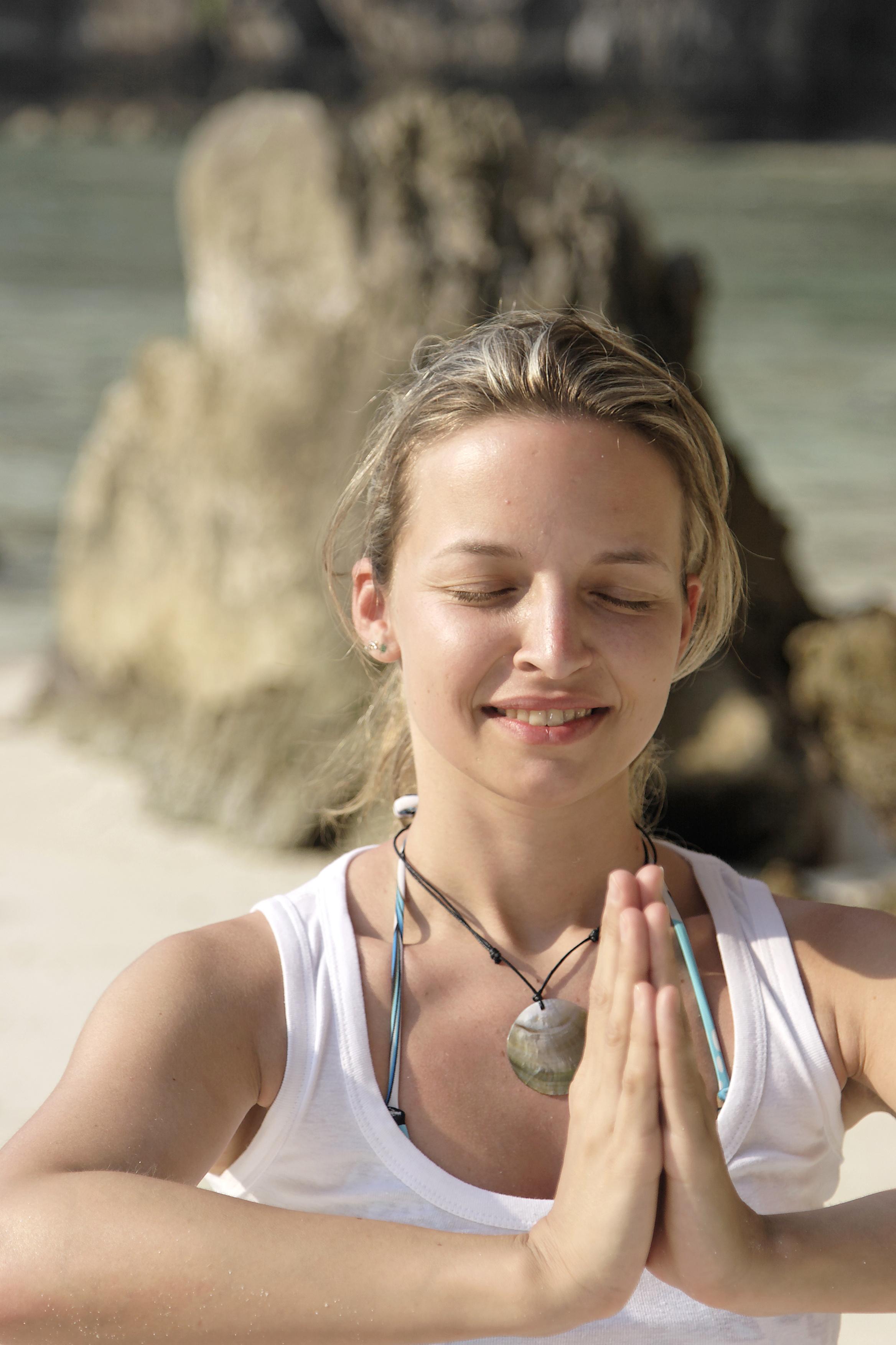 hübsche frau auf strand macht joga