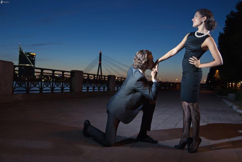 la-solicitud-de-mano-pareja-en-la-ciudad-ciudad-al-atardecer-orrilla-del-rio-201291